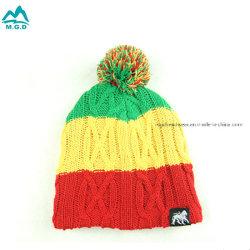 暖かい帽子の冬のアクリルのカシミヤ織のHairball POM POMの帽子の帽子を囲むウールを編んでいるカスタム低いMOQのジャカードロゴの女性