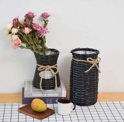 블랙 위커 핸드 우븐 테이블 상판에 꽃병을 걸어 놓다