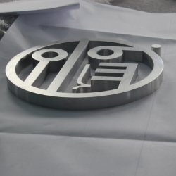 Het opgeheven Embleem van het Teken van de Brief van het Kanaal van het Metaal voor de Bouw van Muur
