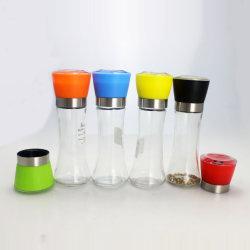Il condimento di vetro variopinto della cucina imbottiglia la bottiglia stridente del pepe