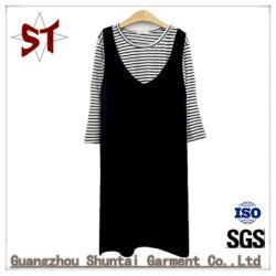 方法青年女の子または女性の二つの部分から成った服の短いスカート