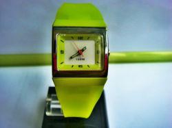 2020의 플라스틱 아날로그 석영 시계