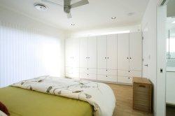 La madera contrachapada Muebles de dormitorio con armario de madera maciza precio de fábrica