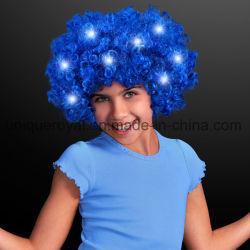번쩍이는 LEDs를 가진 파란 아프로 가발을 불이 켜지십시오
