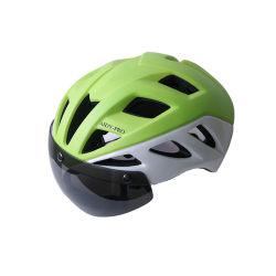 عصريّ باردة بالغ مسافر يوميّ درّاجة درّاجة دولة خوذة مع نظّارات شمس لأنّ كهربائيّة [سكوتر] [إسكوتر] [إبيك] مدنيّة ينهي مدينة ركب درّاجة