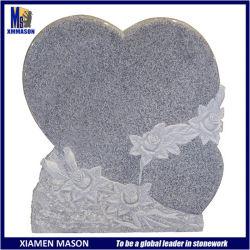 Дважды в форме сердечка белого гранита мемориального камня с помощью гравировки букет роз
