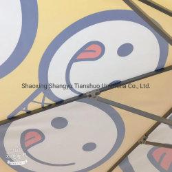 庭のための傘を広告する美しい日曜日のテラス