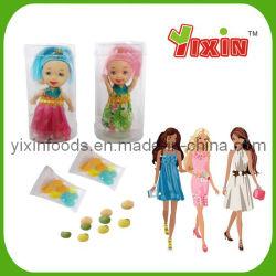 Muñeca de juguete con caramelo dulce