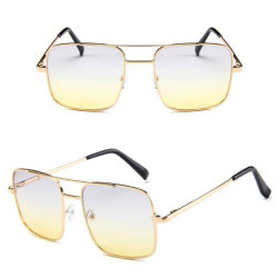 人のための正方形フレームの倍橋金属のサングラス