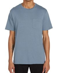قميص ذو عنق مستدير باللون الرمادي