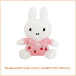 L'animale farcito dei conigli adorabili gioca il coniglietto coccolo