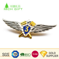 Gros en Chine Custom Doming en alliage de zinc métal brillant 3D un placage or brevet de pilote militaire Badge