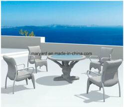 야외 등나무 식탁과 정원 의자