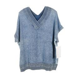 女性の編まれたプルオーバーのV首、短い袖、石造りの洗浄、デニムの青