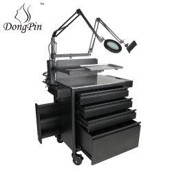 Stazione del tatuaggio con i cassetti e muoversi facile delle lampade