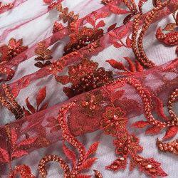 赤いビーズファブリックおよびスパンコールの花