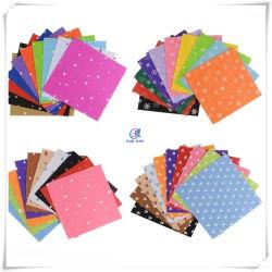 Un surtido de patrón de color impreso en rollos y láminas de fieltro