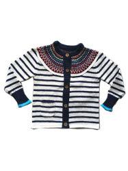 編まれた子供はココナッツボタンが付いている女の子によって縞で飾られるセーターをからかう