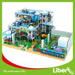 El Equipo de Parque de Atracciones de una gran piscina parque infantil para niños