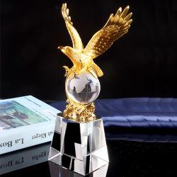 イヌワシの金属によってカスタマイズされるロゴの製造業者の供給のクリスタルグラスのスポーツのトロフィ賞