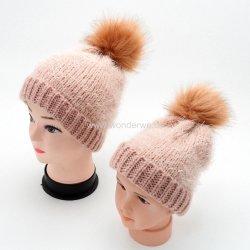 혼합 털실 분홍색 색깔 부모 아이에 의하여 뜨개질을 하는 베레모 모자