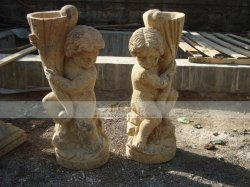 Beeldhouwwerken van de Kinderen van één Paar de Antieke Marmeren met de Pot van de Hand