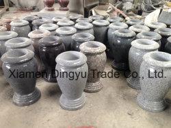 Vaso di fiore grigio del cimitero della pietra del granito