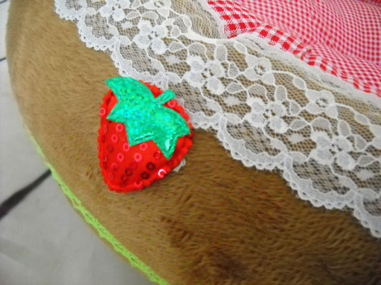 Small Strawberry Style Dog Bed & Pet Bed pictures & photos