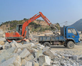 Hydraulic Wheel Excavator with Breaking Hammer pictures & photos