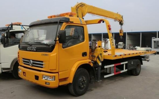 Dongfeng Light Duty Wrecker Tow Truck with Crane on Sale pictures & photos