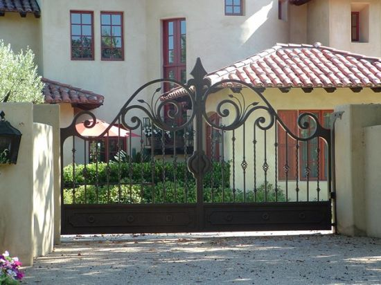 Popular Design Hand-Crafted Beatiful Iron Gates pictures & photos