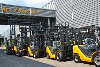 Un 3.0 Ton Diesel Forklift with Original Optional Japanese Engine with 12 Months Warranty. pictures & photos