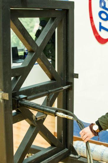 Low Noise: Using a Battery Set, Hydraulic Door Opener