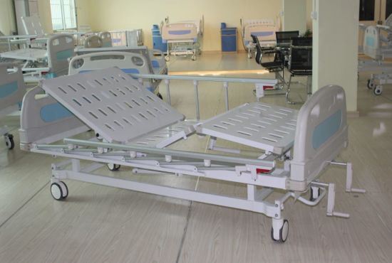 Double Cranks Manual Hospital Bed (SK-MB108) pictures & photos