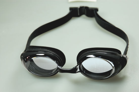 Easy Clip Strap Design Anti-Fog UV Cut Water Goggles pictures & photos