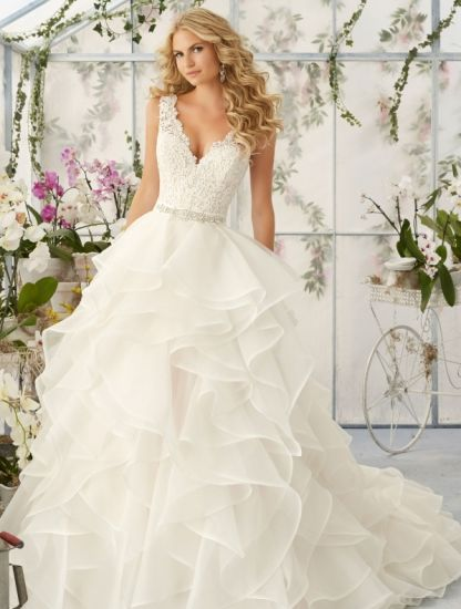 Cascading Ruffles Bridal Ball Gown V-Neck Lace Organza Wedding Dresses Mrl2805 pictures & photos
