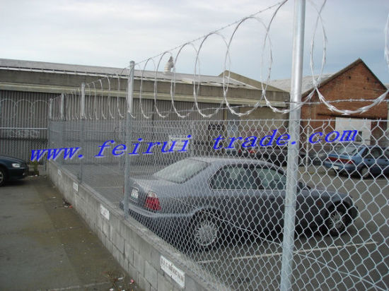 Chain Link Fencing with Barbed Wire pictures & photos