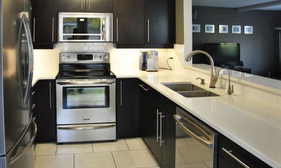 Matt Surface Quartz Stone and Kitchen Cabinets