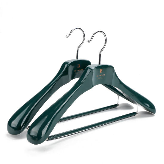 Dl0890 Custom Green Color Wooden Clothing Hangers for Shops Brand