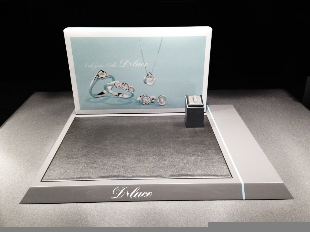 creative jewelry display for top jewelry window display