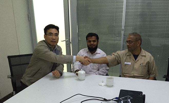 General Manager Shake hand with customer,A pleasant cooperation!