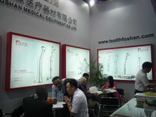 Communication with customer about product function at exhibition