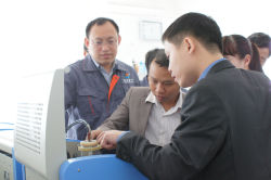 2015 Vietnam customers test the oil dielectric loss tester
