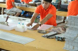 Skilled worker folds the paper bag -Jialan Package