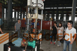 CLIENTS FROM USA IS CHECKING THE MACHINES OF HYDRAULIC PRESS