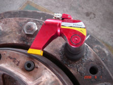 Hydraulic torque wrench used in nut assembly and disassembly