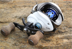 Over light carbon material baitcasting reel