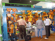 5.Customers Visiting Canton Fair Booth