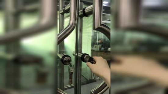 China Stainless Steel 304 Glass Door Pull Handle With Lock Dh 4007