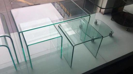 Tavolino da salotto di vetro curvo con gli alti cassetti bianchi della  pittura di lucentezza